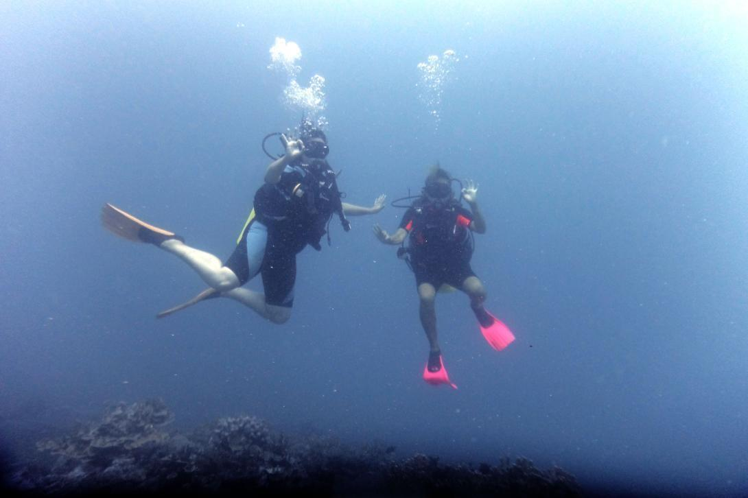 Projects Abroad volunteers in Samoa diving in their free time